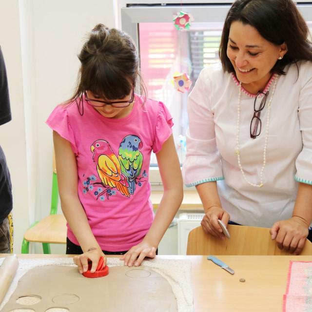 """Polaznici centra """"Tomislav Špoljar"""" i Regina M. Castillo, predstojnica Ureda UNICEF-a za Hrvatsku"""
