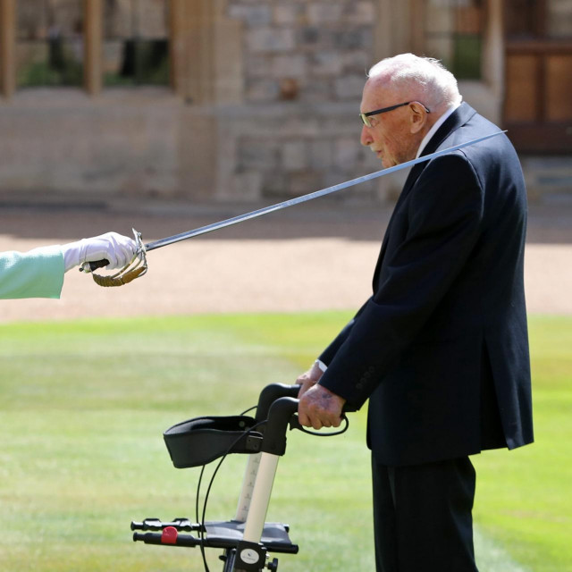 kraljica Elizabeta II. i Tom Moore