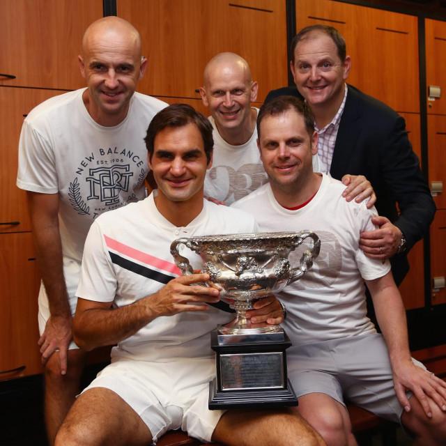 """Roger Federer nakon briljantnog finala protiv Rafaela Nadala u Melbourneu 2018. godine sa svojom """"momčadi"""""""