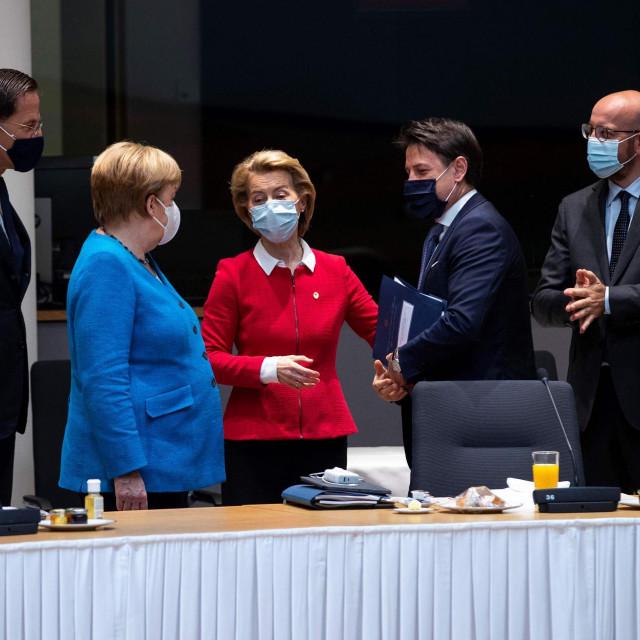 Mark Rutte, Angela Merkel, Ursula von der Leyen, Giuseppe Conte, Charles Michel i Emmanuel Macron