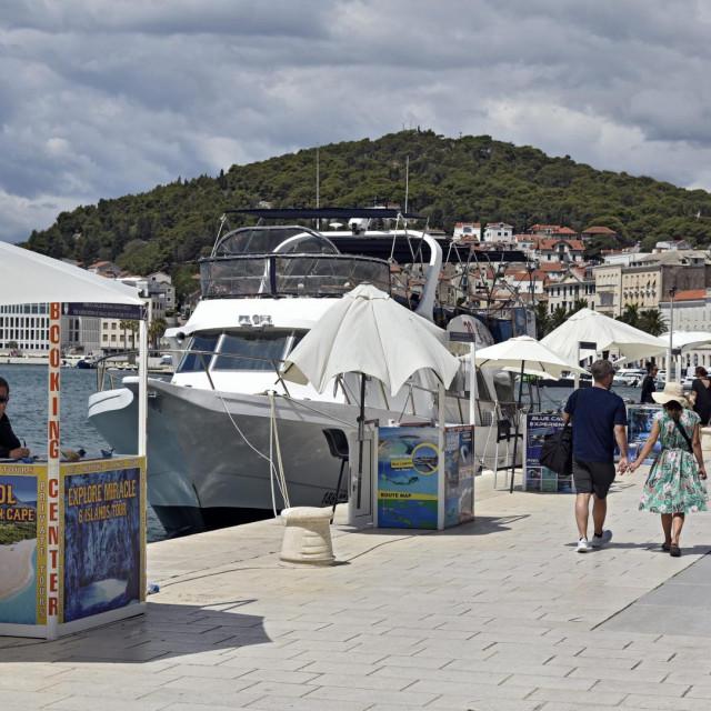 Split, 190720.<br /> Splitska riva na koju se polako vracaju lokalni gradjani i turisti.<br /> Na fotografiji: standovi na kojima se nude jednodnevni izleti i Fish piknici.<br />