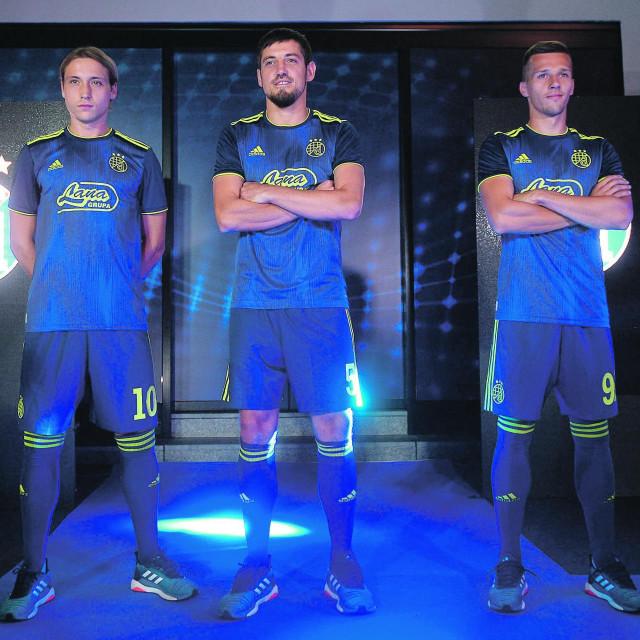 U ovim je dresovima Dinamo odigrao aktualnu sezonu. U petak će biti predstavljena nova garnitura...