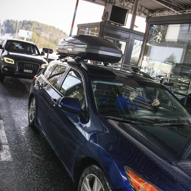 Pasjak, 030115.<br /> Sa danasnjim danom nesluzbeno je zapocela sezona odlaska na skijanje, pa je tako na granicnom prijelazu Pasjak zabiljezen pojacan promet vozila sa turistima koji odlaze na skijanje u inozemstvo.<br />
