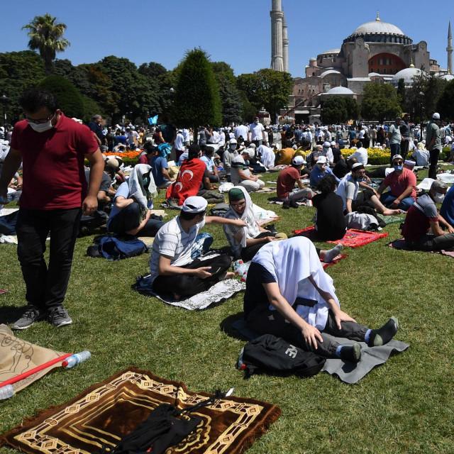 Okupljeni vjernici ispred Aje Sofije