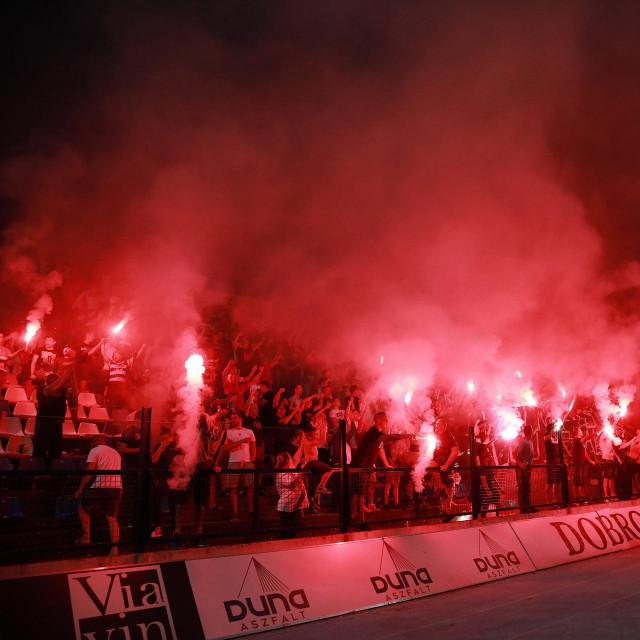 Večer prije utakmice bilo je vatreno, ali mirno: Kohorta na tribini istok<br />