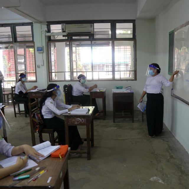 Učenici i profesori moraju nositi vizire i maske tijekom nastave u Kini, 21. srpanj 2020.