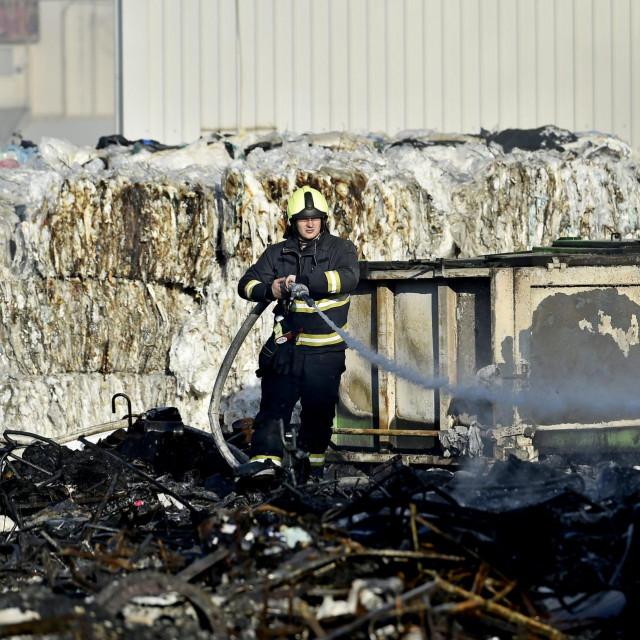 Požar u reciklažnom dvoristu na TTTS-u u Splitu