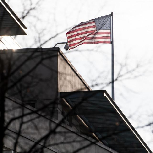 Američka zastava na zgradi američke ambasade u Berlinu