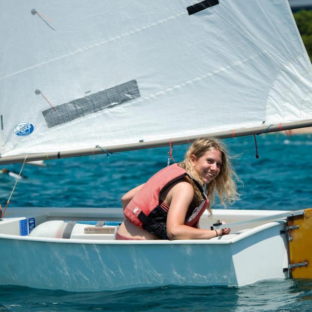 Članica posade broda Nauticke patrole Ana Brenčić pokušala je jedriti u klasi optimist