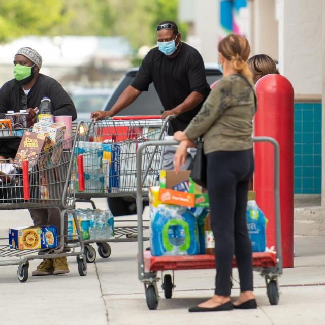 Stanovnici Floride kupuju namirnice pred dolazak uragana