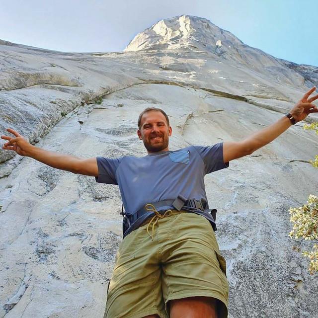 Skijaš u podnožju 914 metara visoke stijene El Capitan