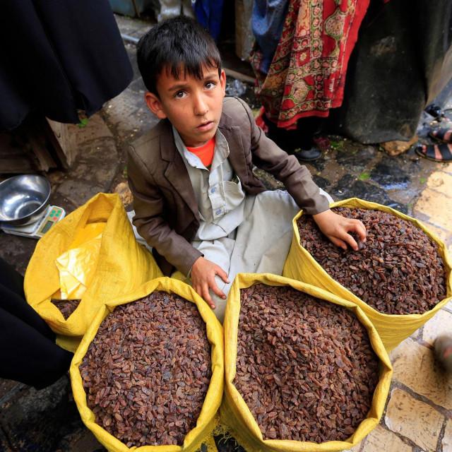 Dječak u Jemenu prodaje sušeno voće u Sannai, 27.srpanj 2020.<br />