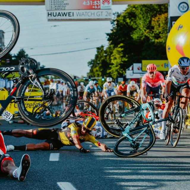 Dylan Groenewegen (na cesti, u sredini) glavni je krivac za tešku nesreću