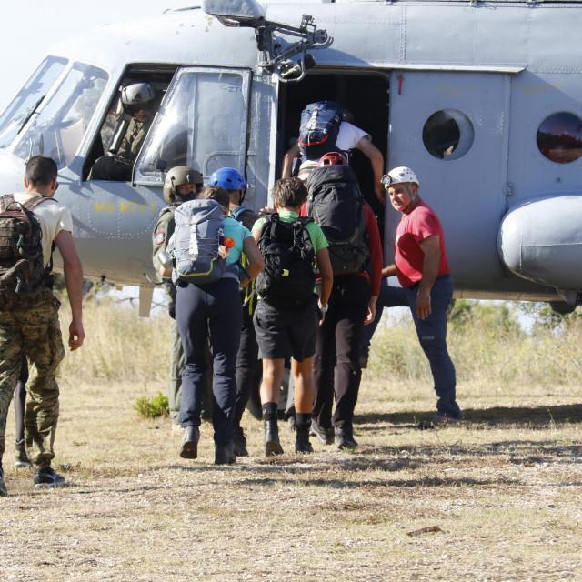 Pripadnici HGSS-a ukrcavaju se u helikopter Hrvatske vojske