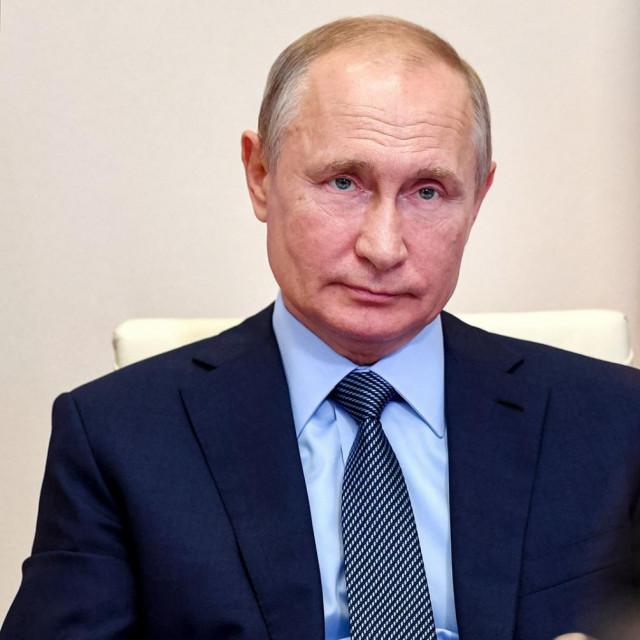 Vladimir Putin; u krugu: cijepljenje (ilustracija)