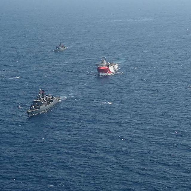 Turski vojni brodovi u pratnji istraživačkog plovila Oruc Reis u blizini Antalyje