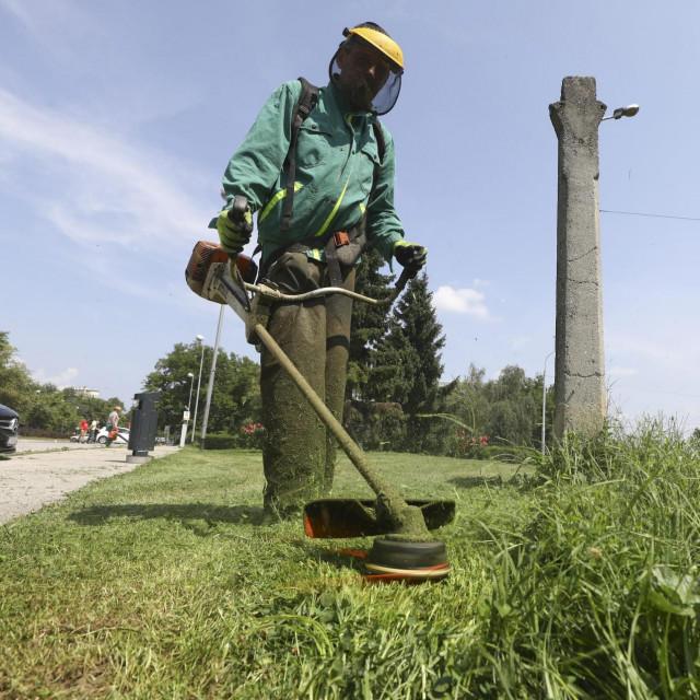 2. ručni otkos - drugi dan radnici uz pomoć flakserica pokose travu koja je ostala iza strojnih kosilica