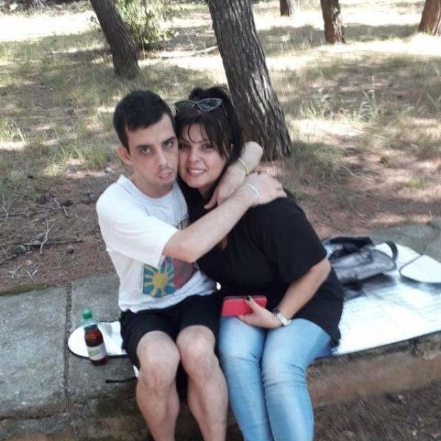 Mirko i mama u zagrljaju
