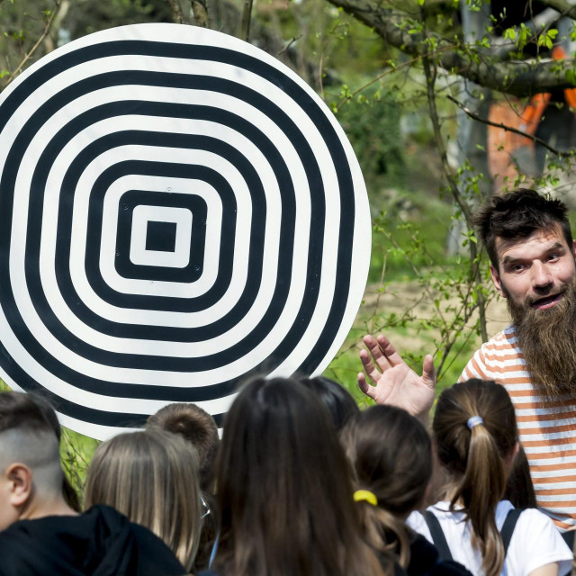 Luka Veverec djeci objašnjava znanost iza jednog od eksponata