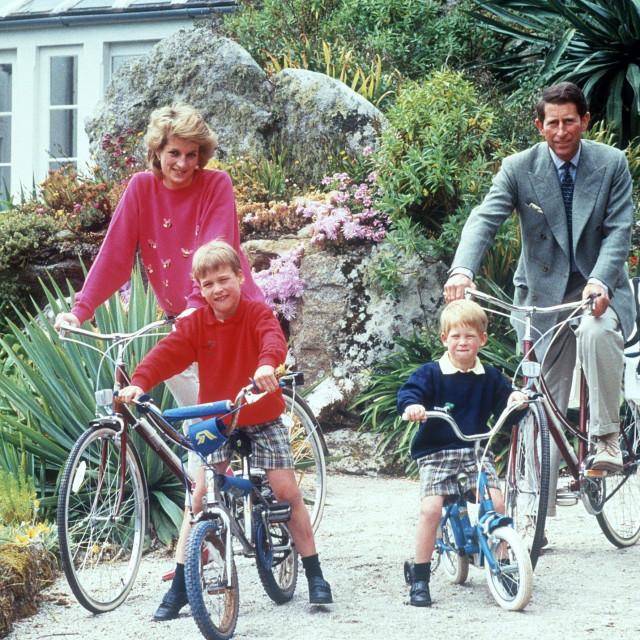 Princeza Diana i princ William sa svojim sinovima, fotografirani na Siciliji 1989. godine
