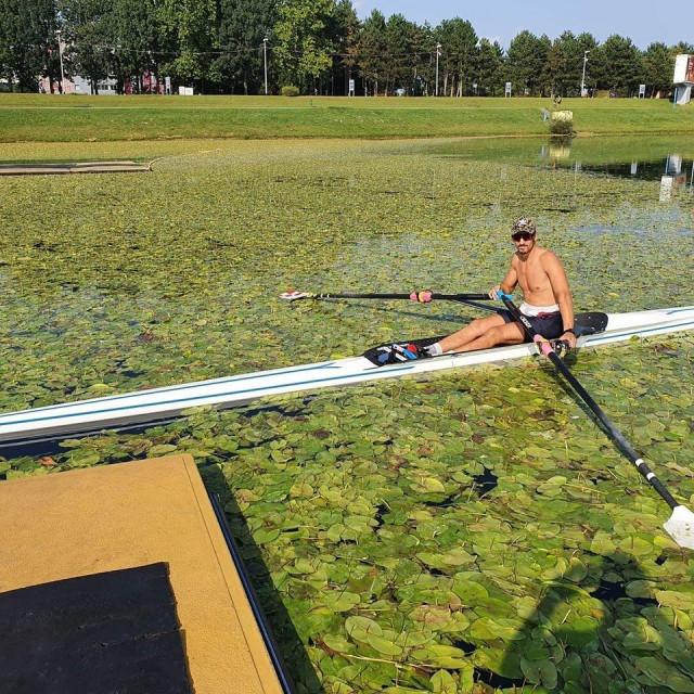 Ovako to izgleda na Jarunu - veslač Karlo Udovičić zarobljen među lokvanjima