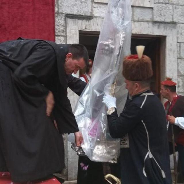 Zbog kiše je proslava održava u crkvi, gdje su unijeli Gospinu sliku