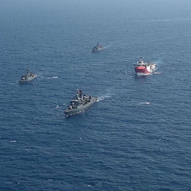 Turski istraživački brod u pratnji ratnih brodova