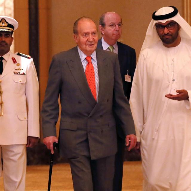 Na fotografiji: Juan Carlos (u sredini) je 2014. posjetio Ujedinjene Arapske Emirate