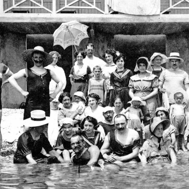 Ispred kupališta Lovran 1912.