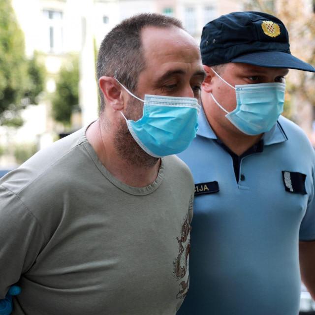 Osumnjičenog policija dovodi na Županijski sud u Osijeku