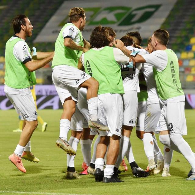 Emmanuel Gyasi slavi gol protiv Frosinonea