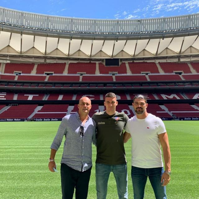 Ivo Grbić u društvu menadžera Andyja Bare i Jure Puće na stadionu Atletica