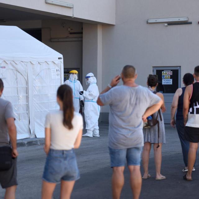 Testiranje građana ispred bolnice u Zadru