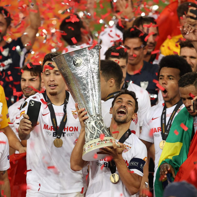 Jesus Navas podiže trofej Europske lige