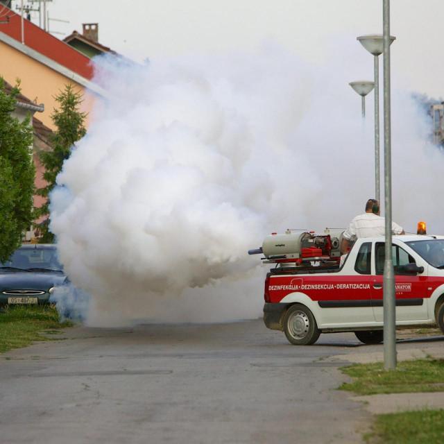 Zaprašivanje komaraca topovima iz automobila (Ilustracija)