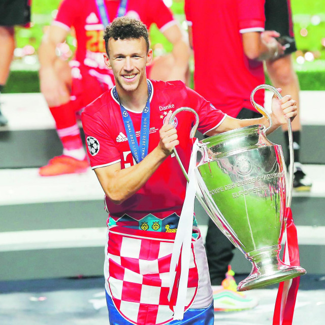 Ivan Perišić s trofejem Lige prvaka i hrvatskom zastavom