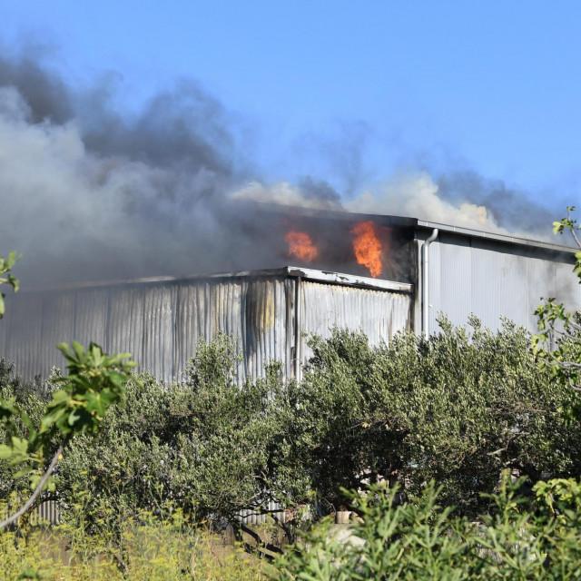 Požar u tvornici za preradu ribe u Kaštel Novom.<br /> Vatrogasci su izašli na teren.<br />