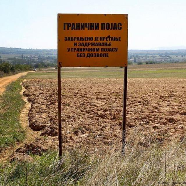 Žičana ograda koja dijeli Srbiju i Sjevernu Makedoniju već danima je tema o kojoj se šuška s obje strane. Dužnosnici o tome šute a DW-u je srpska i austrijska policija zabranila prilazak ogradi