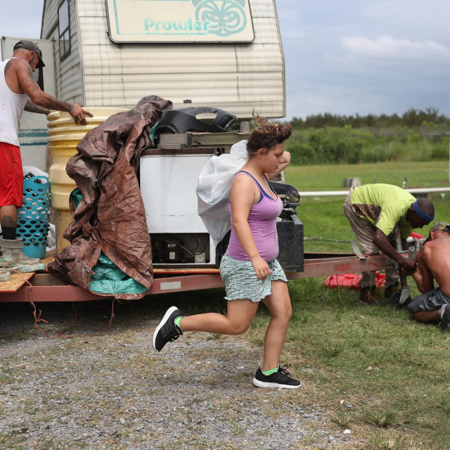 Stanovništvo se priprema za dolazak uragana Laure