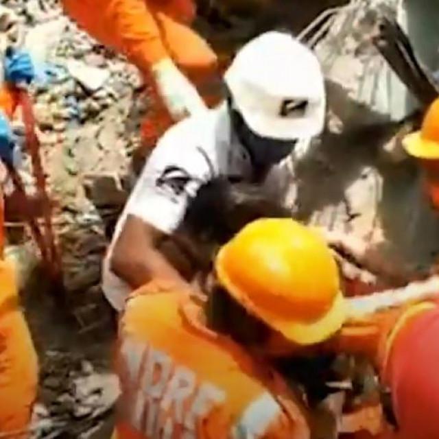 Spašavanje dječaka iz ruševina u Indiji