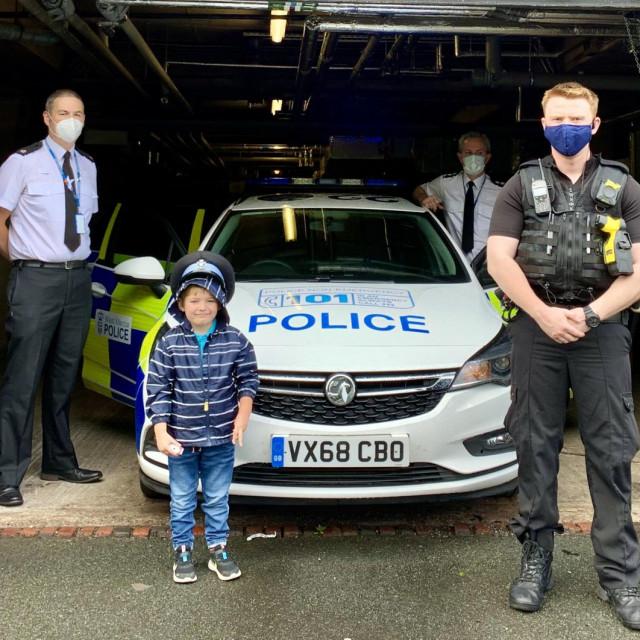 Josh u društvu policajaca