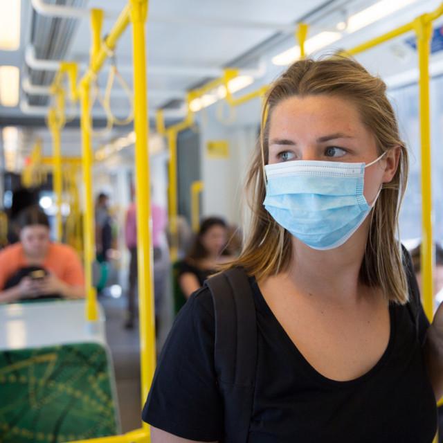 S trajanjem i širenjem bolesti zapažen je i cijeli niz drugih simptoma, nevezan s respiratornim sustavom, među njima i kožne promjene