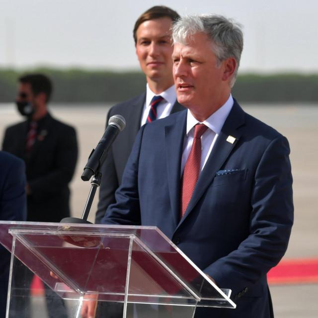 Robert O'�Brien govori u zračnoj luci u Abu Dabiju nakon dolaska delegacija. Pored njega su Jared Kushner i Meir Ben-Shabbat