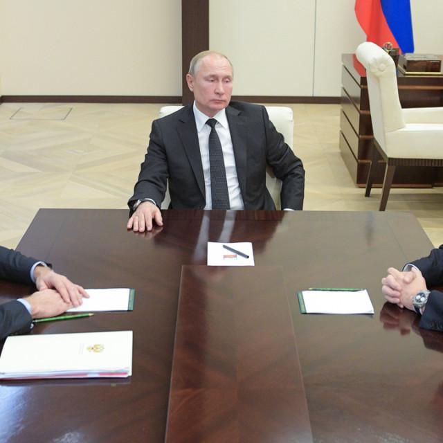 Ruski predsjednik Vladimir Putin s ministrom energetike Aleksandrom Novakom (L) i čelnikom Gazproma Aleksejom Millerom (D)