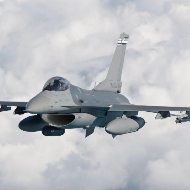 Borbeni avion F-16 u letu, ilustracija