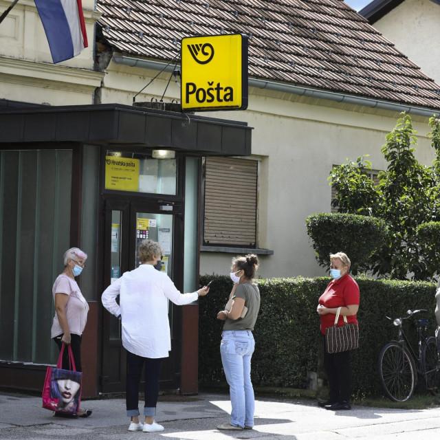 Vinica, stanovnici pred poštom.