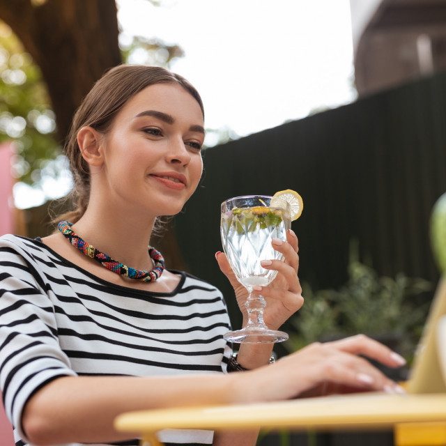Započinjanje dana pijenjem čaše tople vode s limunovim sokom može vam pomoći da postignete zdravu i blistavu kožu