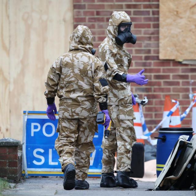 Britanski vojnici u zaštitoj opremi na mjestu trovanja novičokom Sergeja Škripala u Salisburyju