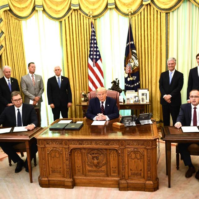 Vučić, Trump i Hori snimljeni danas u Bijeloj kući na potpisivanju sporazuma