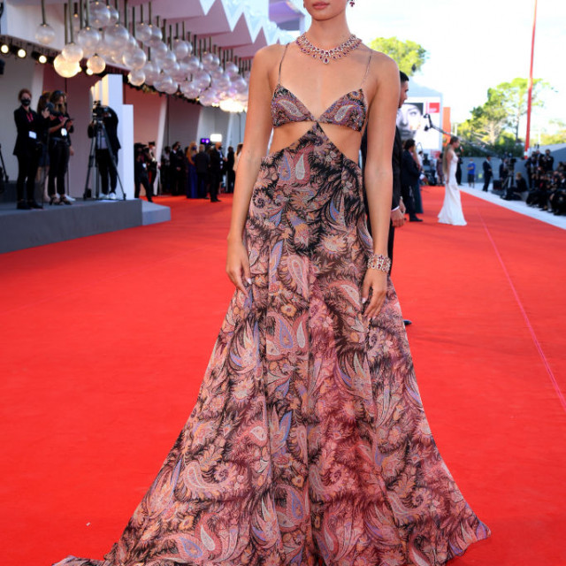 Manekenka Taylor Hill nosi haljinu s printom Etro i statement nakit s potpisom Choparda.